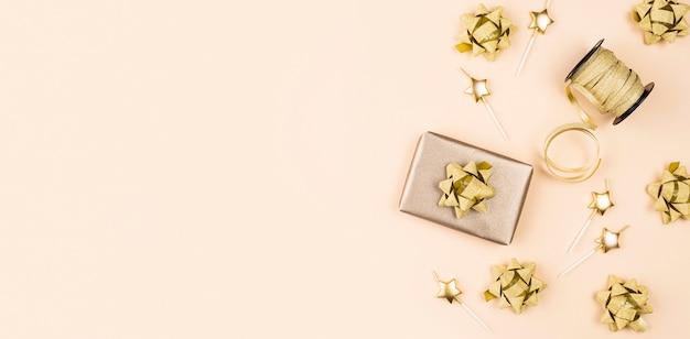 Flat lay birthday present with ribbon Premium Photo