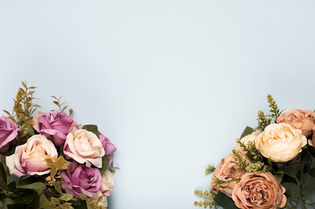 Flat lay blooming roses with copy-space Free Photo