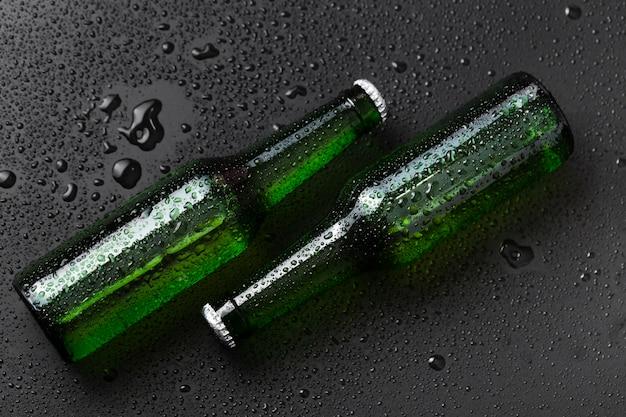 ビールとフラット横たわっていたボトル Premium写真