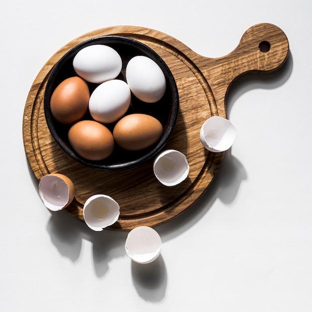 鶏の卵が入った平置きボウル 無料写真