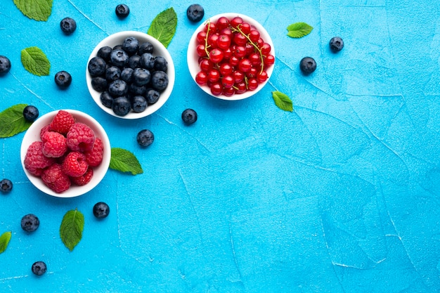 Flat-lay of bowls of berries with copy space Premium Photo
