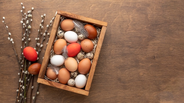 Flat lay of box with eggs for easter and copy space Free Photo