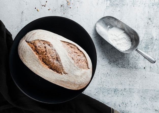 Flat lay of bread on black plate Free Photo