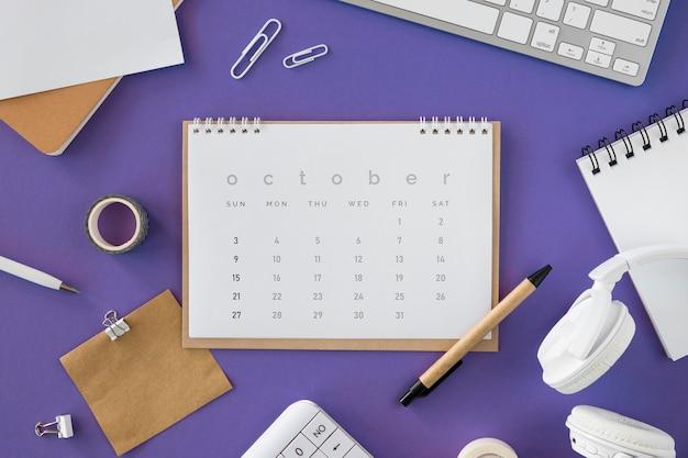 Calendario piatto laici con vari accessori Foto Gratuite