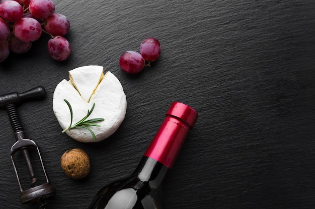 Flat lay camembert grapes and wine with copy space Free Photo