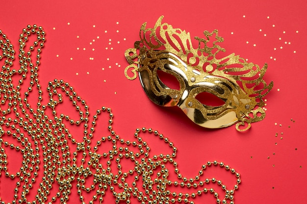 Lay piatto della maschera di carnevale con perline Foto Gratuite