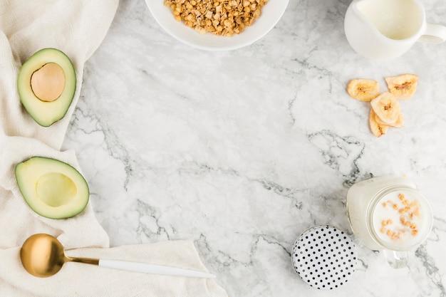 Плоская каша с йогуртом и авокадо Бесплатные Фотографии