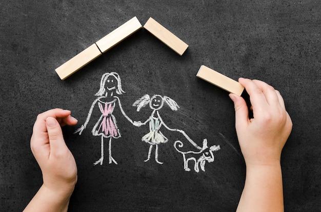 シングルママと娘で描くフラットレイチョーク 無料写真