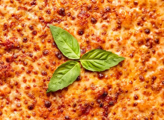 Pizza al formaggio piatto con basilico Foto Gratuite