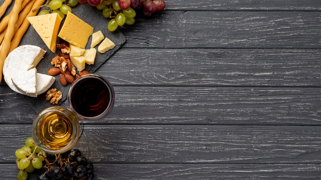 Flat lay cheese on table for wine tasting Free Photo