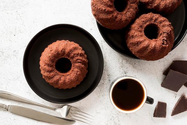Плоские шоколадные торты с кофе и кусочками шоколада Бесплатные Фотографии