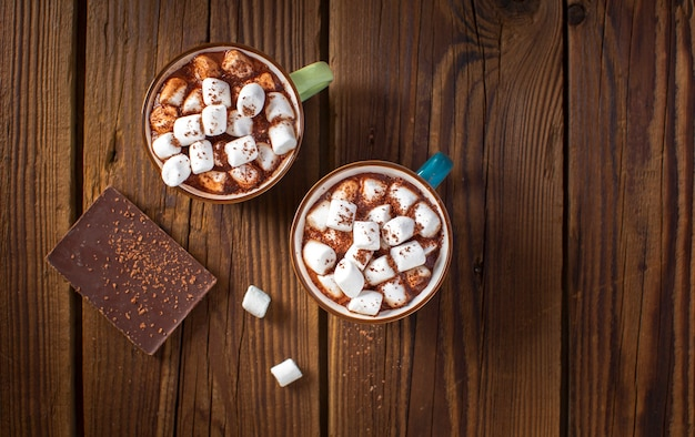 Flat lay chocolate tablet and hot chocolates with marshmallows Free Photo