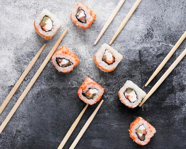 Плоские палочки для еды и вкусные суши Бесплатные Фотографии