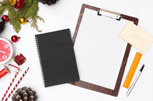 Flat lay christmas clipboard mockup. to-do list. christmas ideas, notes, goals Premium Photo