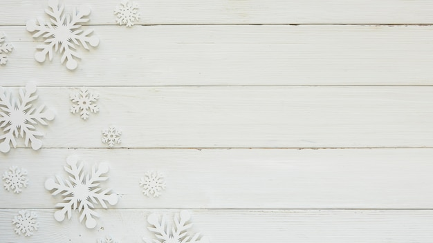 Плоские рождественские декоративные снежинки на деревянной доске Бесплатные Фотографии