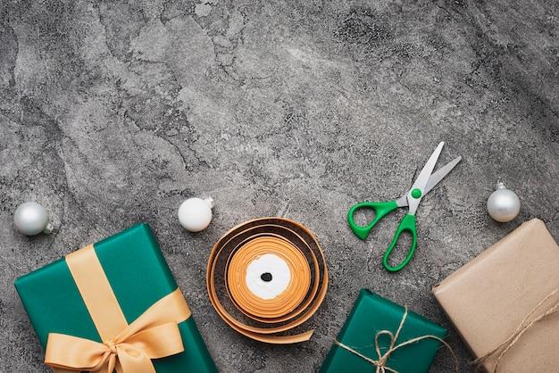 Disposizione piana del regalo di natale su fondo di marmo Foto Gratuite