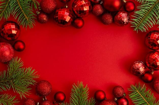 フラットレイクリスマス、新年の赤いスタイリッシュなフレームのモックアップとコピースペース Premium写真