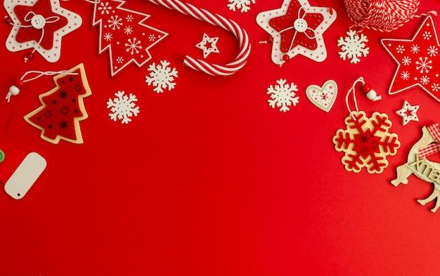 Плоский рождественский красный стильный макет, украшенный рождественским подарком и леденцом Premium Фотографии