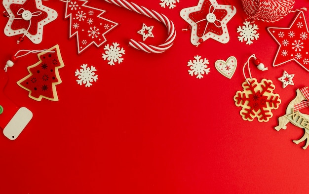 Flat lay christmas red stylish mockup decorated with xmas daoration and candy cane Premium Photo