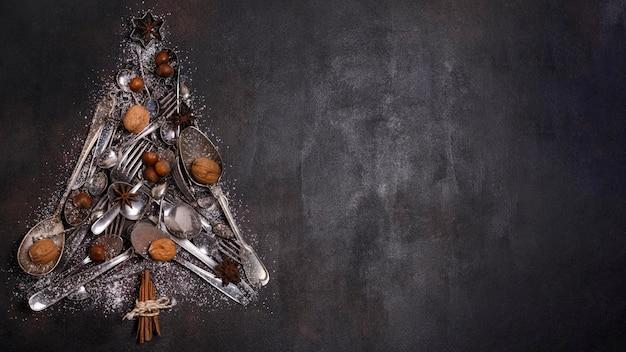 La disposizione piana della forma dell'albero di natale fa degli utensili da cucina e dello spazio della copia Foto Gratuite