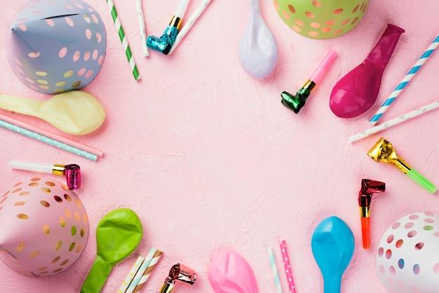 Cornice circolare piatta con palloncini e cappelli Foto Gratuite