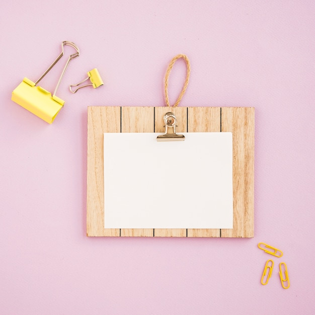 Flat lay of clipboard mock-up with pink background Free Photo