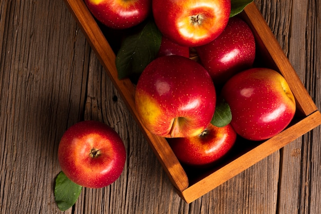 Flat-lay close-up crate with ripe apples Free Photo