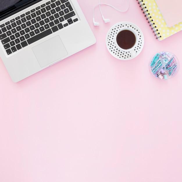 Плоская планировка кофе и ноутбука Premium Фотографии