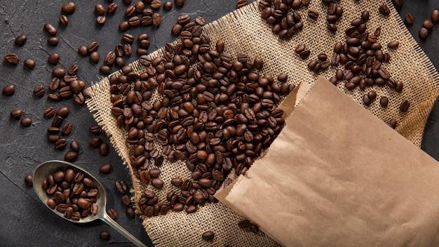 Плоское расположение кофейных зерен Premium Фотографии