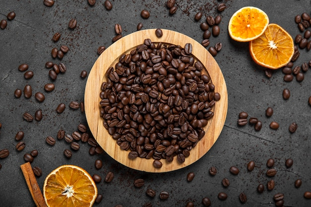 Плоские лежали кофейные зерна на деревянной доске Premium Фотографии