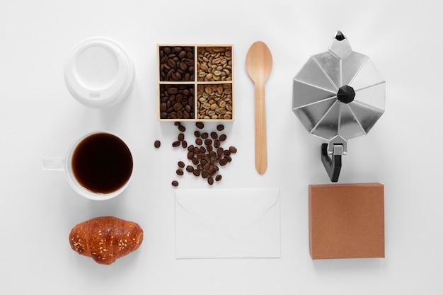 白い背景の上のフラットレイコーヒーのブランド構成 無料写真