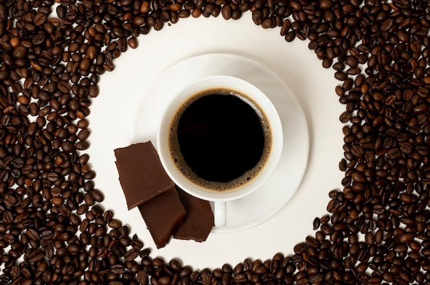 Flat lay coffee cup on beans background Free Photo