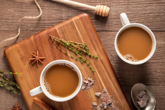 Плоские лежал кофейные чашки на деревянной доске Бесплатные Фотографии