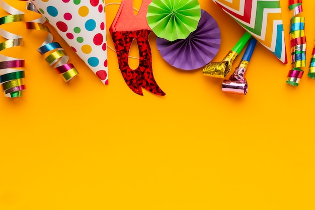 Flat lay colored masks and decorations copy space Free Photo