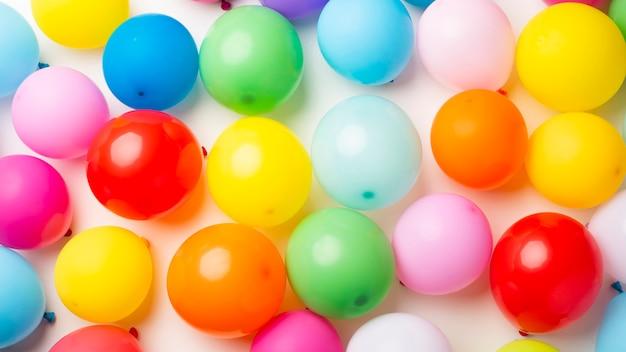 Lay piatto di palloncini colorati Foto Gratuite