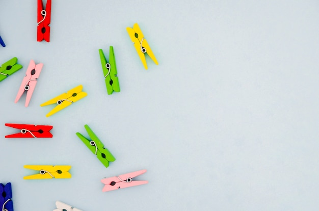Flat-lay colorful clothes pins with copyspace Free Photo