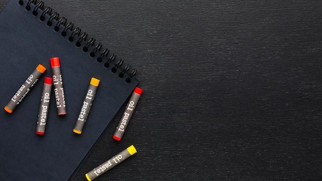 フラットレイカラフルなクレヨンと鉛筆 無料写真