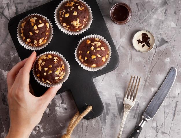 Composizione piatta di cupcakes al cioccolato Foto Gratuite