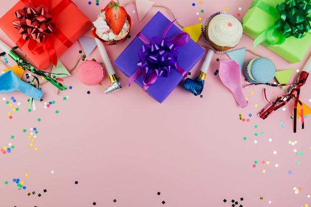 Copyspaceと誕生日要素のフラットレイアウト構成 無料写真