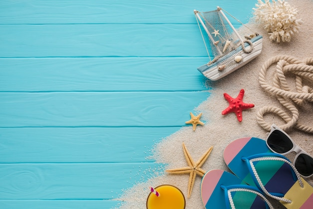 Flat lay composition sand and beach accesories Free Photo
