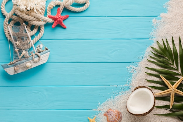 Flat lay composition with beach concept Premium Photo