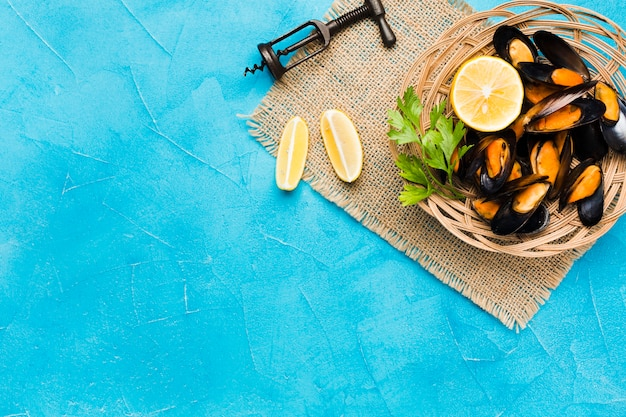 Flat-lay cooked mussels basket with copyspace Free Photo