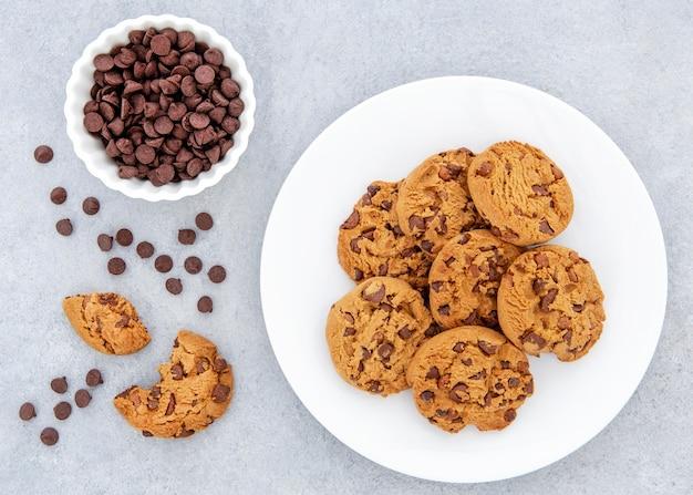 Biscotti piatti e scaglie di cioccolato nella ciotola Foto Gratuite