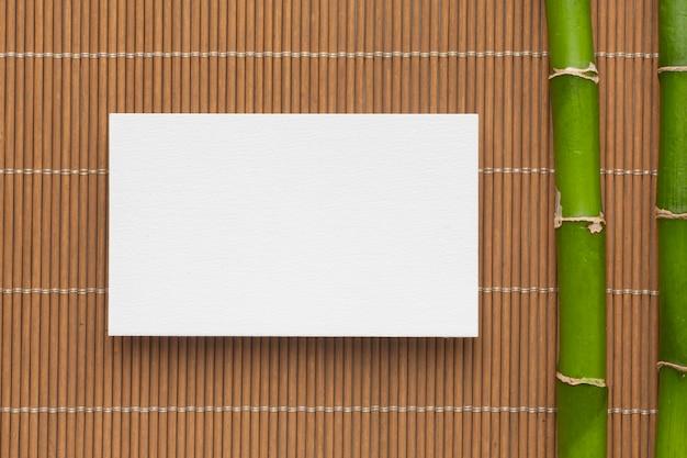 Biglietto da visita e bambù piatto spazio copia laici Foto Gratuite