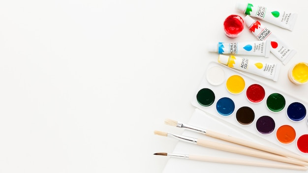 Flat lay copy space and watercolor paint Free Photo