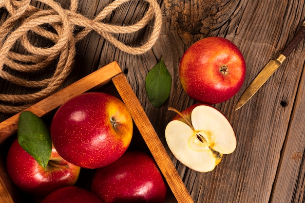 Flat-lay crate with ripe apples with rope Free Photo