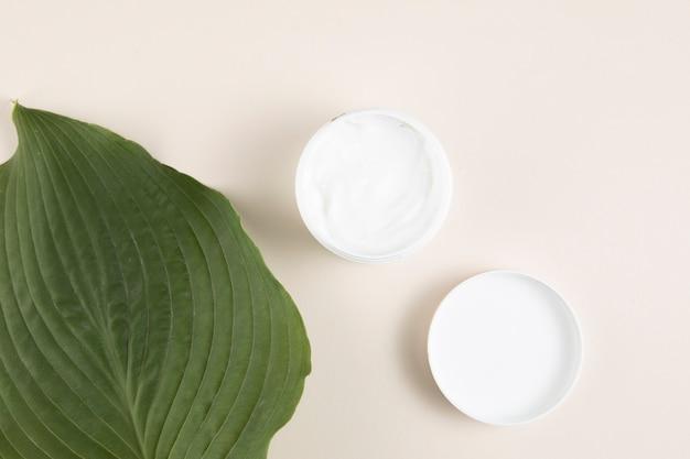 Lay piatto di crema e foglie Foto Gratuite