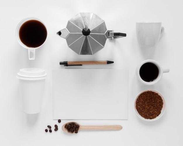 白い背景の上のコーヒー要素のフラットレイクリエイティブな構成 無料写真