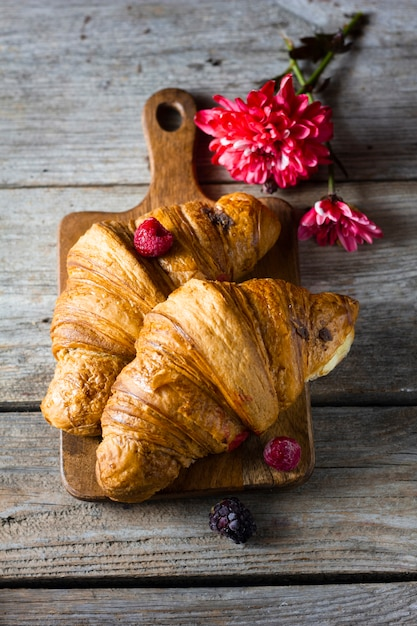 Flat lay croissants with forest fruit Free Photo