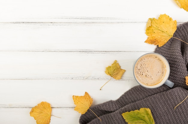 Flat lay cup of coffee and autumn leaves with copy space Free Photo